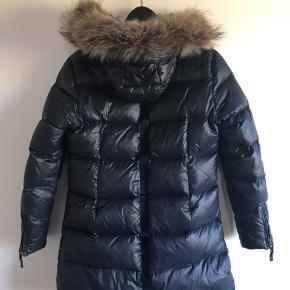 Sort dun jakke med aftagelig hætte og aftagelig pelskant Lille revne foran ca 1,5 cm kan stoppes med tråd eller lim ellers ingen fejl