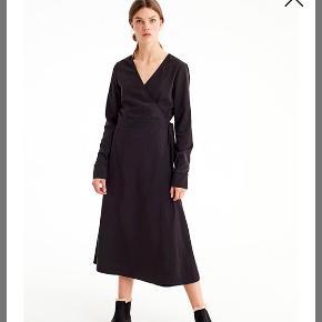 Super fin slå om kjole i viskose. Brugt to gange.