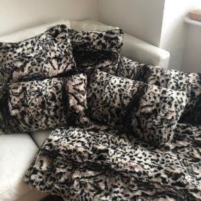 Købt i bahne fra mærket Margit Brandt   Fejler intet ca 4 måneder gammelt   Ny pris for det hele ca 2500kr  Tæppe + 5 puder