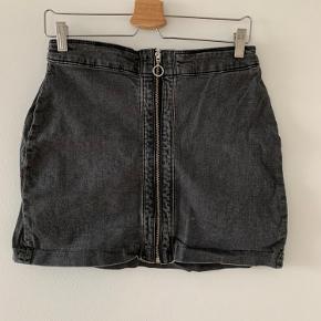 Sælger denne grå/sorte nederdel fra H&M. Den har været brugt, og vasket men stadig i pæn stand. Der er lidt cowboy stof over den, og derfor lidt stift i materialet.