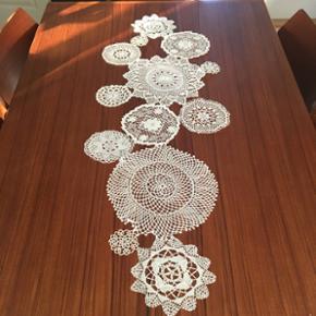 Fin bordløber lavet af gamle broderier. Uden pletter eller andet. Fin alene eller med en dug under.