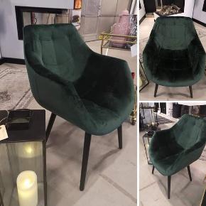 Lækker velourstol i den flotteste grønne farve, passer perfekt til det spisebord med blandede stole, til skrivebordet, til gangen eller til soveværelset 😊 Udsolgt farve. (har kun en stol og stolen er ikke brugt) Normalpris 3500... Sælges for 1500kr