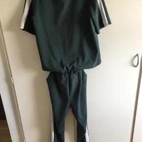 BYD!  Vero Moda buksedragt. Str. L Den er mørkegrøn med en hvid stribe ned af siden. Den sidder kun sammen i et lille stykke foran, så man kan frit bevæge sig i den😊 Kan sendes mod betaling😁 Skriv endelig for mere info😉