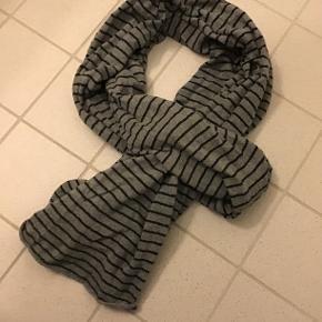 Black Colour tørklæde i 100%bomuld, kun været på få gange😉 Mørkegrå med sorte striber, måler 70x250 cm.