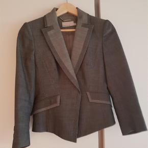 Varetype: Jakke Størrelse: 14 Farve: Grå Oprindelig købspris: 2200 kr.  Tofarvet jakke grå/lysgrå krave. Str uk 14 som ny.