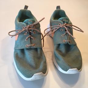 Gode sneakers/sportssko fra Nike i blå/grøn farve med orange Nike-mærke. Str. 39.  Slid kan ses lidt på sålen, men kan tages ud og erstattes med egne hvis det er.