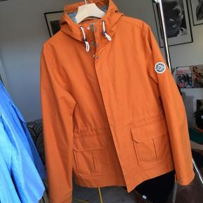 Jakke med hætte i brændt orange fra NORSE PROJECTS.Modellen hedder NUNK JACKET Str. L 100% cotton canvas. Grey wool blend lining. Ny pris ca. 1500kr. Sender gerne! KOM GERNE MED BUD...