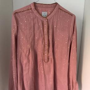 Lækker løs skjorte i 100% bomuld. Guld stjerner i stoffet.