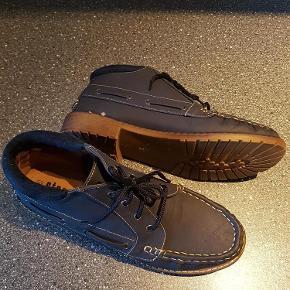 """Rigtig smart ankel støvle ala """"Sejlersko"""". Støvlen er købt i fejl størrelse, så derfor helt som ny.  Støvletter Farve: Blå"""