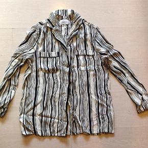 Varetype: Skjorte Farve: Sort hvid  Brystvidden er 108 cm