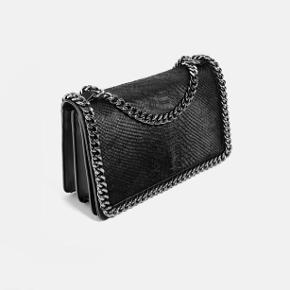 Taske fra Zara sælges. Købt for 800kr i sin tid og brugt en del. Derfor sælges den til 250kr. Meetup i Lyngby, Hellerup eller København.