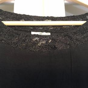 Varetype: Tunika Størrelse: XXL Farve: Sort Prisen angivet er inklusiv forsendelse.  Fin tunika med kommer i siderne. Bm ca 2x55 cm Hel længde ca 85 cm Bytter ikke