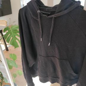 Sort hoodie fra Monki. Brugt men fejler intet.