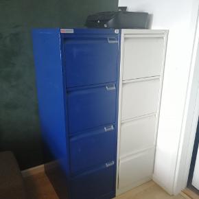 Brugt på Aarhus rådhus  Gode akivskabe 300kr./styk To i blå og et i hvid sælges Højde: 132,5  Bredde: 41  Dybde: 62  Sælges da pladsen skal bruges til noget andet ☺️
