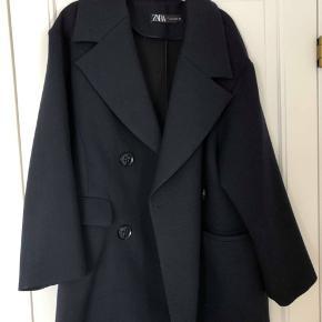 Blazerjakke fra Zara. Str. M-L. Nypris omkring 500 kr. Den er ikke brugt meget, og derfor i god stand.  Byd