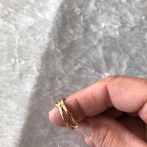 Super smuk forgyldt ring med små sten  Tænker den kan reguleres en smugle  Str 58  Ny