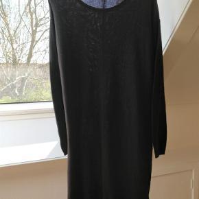 Varetype: Skøn strikket kjole / lang bluse Farve: Sort Prisen angivet er inklusiv forsendelse.