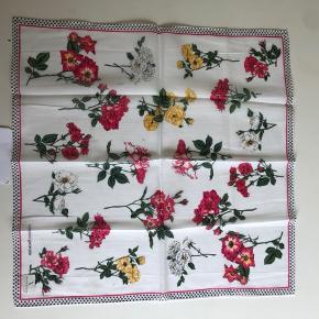 Vi tage valentino garavani tørklæde- aldrig brugt- stadig mærke på.