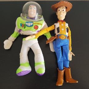 Toy story Woody og Buzz  Super fine slanskedukker/ fingerdukkker.  Woody måler 29 cm Buzz måler 24 cm Dukkerne er fra den første Toy story film der udkom. Sælges kun samlet  Fast pris +evt fragt
