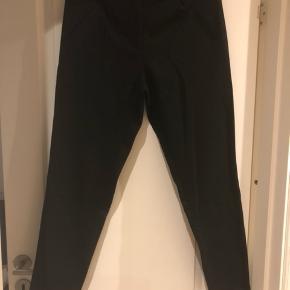 YAS bukser i god kvalitet  Str 36  Har dem både i Sort og Grå  Tá begge par for 100 kr