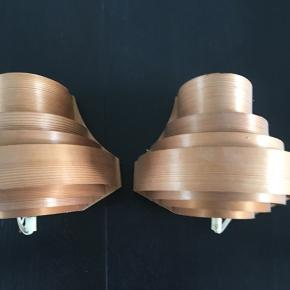 Rigtig fine gamle væglamper i tyndthøvlet træ. Ca. 25 cm i diameter nederst. Prisen er samlet.
