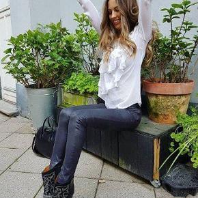 **Ny Custommade skjorte**  Hvid bluse med sorte prikker fra Custommade. Blusen har to flæser der løber fra den ene skulder ned til taljen, både foran og bagpå. •Lukkes med knapper i nakken •100% Silke - Nypris 1500,- - str. 40 - set på bla. Mathilde Gøhler - helt ny og med mærke på endnu.