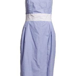 Varetype: Stropløs kjole Farve: Lyseblå hvid blå Oprindelig købspris: 1350 kr.  Str US 10, svarende til ca 40/large   Den måler cirka 2*46 over brystet (jeg måler dog 104 rundt om cirka og kan sådan liiiige være i den) 2*39 i taljen (jeg måler små 90) 2*57 omkring hvor den er bredest.... Og så er den cirka 85 lang   Der er to små og ret utydelige pletter - se billeder  Porto er estimeret. Korrekt beløb kommer ved bud.
