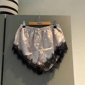 Aldrig brugt eller prøvet på, booty shorts med blonde crop top/bh til supper fint😌
