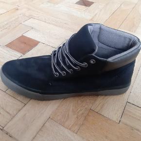 Disse sko er stort set aldrig brugt og fremstår som nye.