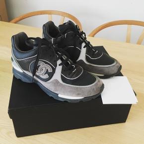 Super flotte Chanel sneakers. Kommer med æske og kvittering. De er i super flot stand, tættere på 'næsten som ny'.