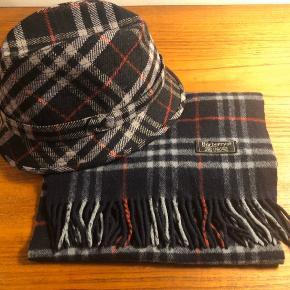 Vintage hat og halstørklæde fra Burberrys. Sælges samlet - eller hver for sig. Hat str.59 Fin stand, ingen huller eller lign. Bud modtages :)