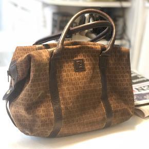 Fendi håndtaske, den er i rimelig ringe stand det reflektere prisen også.  Men det stadig en super fed taske, er åben for bud.