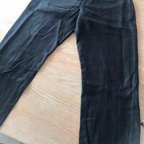 Flotte knickers fra in wear. Helt mørkeblå, så man næsten er i tvivl om de er sorte. Med hør i. Aldrig brugt, nu er de for store til mig.  Taljemål 42 cm længde fra skridt 62cm