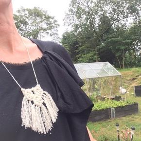 Håndknyttet macrame halskæde i bomuldsnor med kæde i Sterling sølv. Sølvkæden er 60 cm i længden.  Farve. Råhvid
