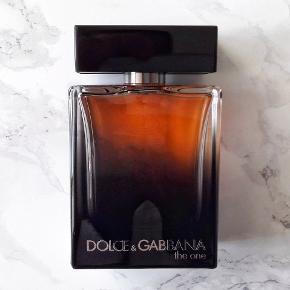 Dolce & Gabbana The One 75/100 ml Eau de Parfum.  Bliv klar til efterårets vejr, romantiske middage eller hver den mest velduftende på kontoret. Dolce & Gabbana The One for Men EDP, er super versatil og perfekt som signaturduft - så den rette duft, til en hver lejlighed. Med noter af grapefrugt, hvid peber, basilikum, orangeblomst, ingefær, kardemomme, amber, tobak, og cedertræ mm.  Der 75 ml, af de oprindelige 100 ml parfume til i flakonen (75/100 ml).  Eventuelt byttes til anden parfume/parfumer.  Afhentes, eller kan sendes med DAO for 37,- ekstra.  Tjek også mine andre annoncer, der kunne være andet som havde interesse.