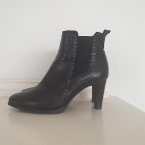 De lækreste skind støvler - støvletter med elastik i den gode kvalitet fra Wonders . Brugt 4 gange. Jeg bytter ikke 🌸