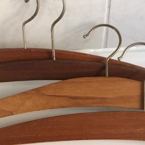 4 stk. flotte mahogni bøjler. Sælges samlet.   Har masser af andre retro bøjler, samt i plast og stål. Se min side🤗