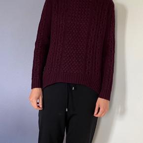 Sælger denne sweater i 100% uld fra COS da jeg ikke får den brugt. Kun brugt et par gange og fremstår derfor næsten som ny. Bytter IKKE! Køber betaler porto. Har Mobile pay.
