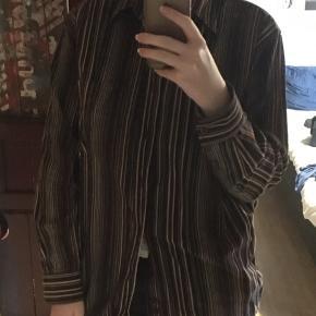 Vintage skjorte, stribet  Kan ikke se hvad den er lavet af, da mærkerne er klippet ud - men den er godt vasket og blød