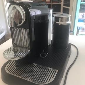 Sort Nespressomaskine med mælkeskummer. Har nogle år på bagen, men virker upåklageligt. I låget på mælkeskummeren er plastikket mat og sprængt (se billede), men det virker og holder tæt som det skal. Vandbeholderen er ligeledes mat, da begge dele har været i opvaskemaskinen. Kan både lave varmt og  koldt mælkeskum.