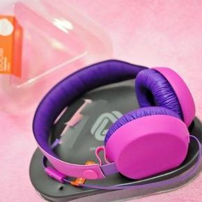 Coloud BOOM høretelefoner. Lilla/pink. Helt nye aldrig brugt. Købspris 249kr. Indbygget 3 klik mikrofon og fjernbetjening.