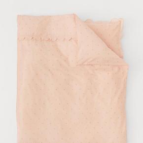 Enkelt sengesæt i fintrådet bomuldskvalitet med trykt mønster. Dynebetrækket har dekorativ tungekant foroven. Et hovedpudebetræk med tungekant.   Kun vasket én gang.  Fremstår derfor som nyt.  Mål: 140×200 (almindelig dynestørrelse).   # sengetøj