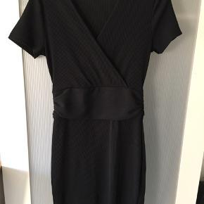 Sød kjole i let stretchstof. Kun lidt brugt. Bytter ikke. Mindstepris 40 kr pp.