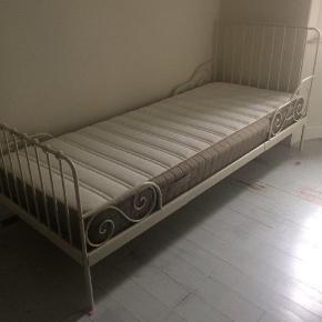 Skøn romantisk seng i hvidlakeret stål med trælamelbund. Sælges uden madras. Kan afhentes i Skælskør.