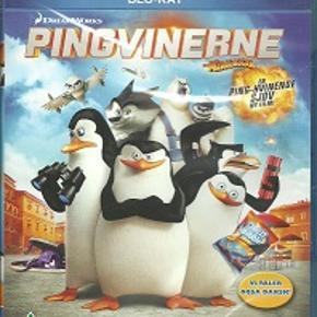 3905 - Pingvinerne fra Madagascar (Blu-ray)  Dansk Tale - I FOLIE    Penguins of Madagascar Pingvinerne i den oprindelige Madagascar film var den ultimative comic relief. Altid klar til at dukke op med en smart bemærkning, et visuelt gag, eller et skub til historien, så den gik i en ny retning. Men var figurerne stærke nok til at bære deres egen film? Det var spørgsmålet, da denne solo film meldte sig på banen.   Folkene bag Penguins of Madagascar har heldigvis taget den helt rigtige beslutning. De starter med at give os en hurtig etablering af pingvingernes forhistorie - en både sød og sjov sekvens. Dernæst springer vi frem i tiden og samler dem op på et velkendt sted i Madagascar 3 filmen. Og nærmest øjeblikkeligt derefter bliver de skudt afsted i en helt ny retning, på en helt ny rejse, der intet har med Madagascar universet at gøre.   Vores bevingede helte havner midt i en international krise, da den modbydelige Dr. Octavius Brine truer med at gøre en ende på alle pingviner i verden! Heldigvis er der tapre dyr, der står klar til at stoppe ham! Der menes naturligvis de professionelle agenter fra elitestyrken The North Wind, der har alverdens tekniske hjælpemidler til deres disposition, men samtidigt har meget lidt tålmodighed til vores elskede pingviner, der jo i virkeligheden, hvis vi skal indrømme det, er ret talentløse.   Jamen hov! Det virker jo fint! Det er jo en reel historie: Der er en modbydelige skurk, med en ond plan! Vi får en reel konflikt: Der er andre, mere professionelle folk, der står klar til at redde verdenen foran snuden - hvis det er sådan en de har - på vores helte. Der er personlige elementer i historien: Skipper, lederen af pingvinerne, begynder at tvivle på deres evner, og Private, den evig udsatte grønskolling i flokken, kæmper desperat for at bevise sit værd. Og så spiller filmen på pingvinernes styrker: En ubegrænset, ubegrundet tro på egne evner, plus et had til autoriteter - her repræsenteret af de mere professionelle agenter fra The 