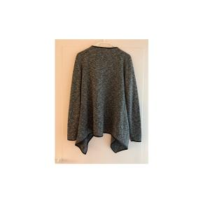 Sød tynd trøje til at have udover en sommerkjole eller top:) aldrig rigtig brugt, da jeg har en anden der ligner:) str s -passer også str M
