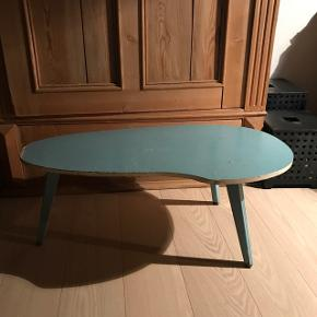 Skønt gl blåt bord slidt med patina Højde 27 cm længde 70 cm 37 cm bredt                             Mp 325kr  Randers nv ofte i Århus Ålborg Odense København mm  Til salg på flere sider