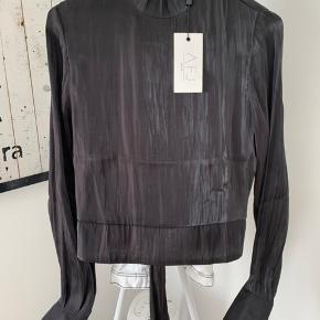 Sælger denne super fine og elegante skjorte/top i sort.  Som ses på billederne, er den aldrig brugt.   Bytter ikke, men kom gerne med et bud :)