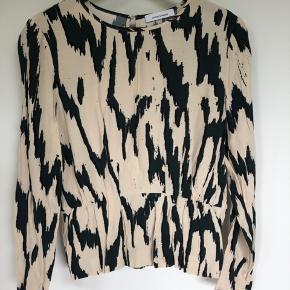 Lækker bluse i råhvid med smukt mørkegrønt og sort mønster. Kun brugt en gang, men desværre købt i forkert størrelse.