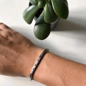 🙏🏼 ALT SKAL VÆK - SÆLGER BILLIGT 🙏🏼  👗 Fint armbånd i sølv farve  👑 På indersiden kan det ses at det har været brugt, men det er ikke tydeligt når man har armbåndet på   🔥Se også mine mange andre annoncer og følg mig gerne - der kommer løbende nyt🔥